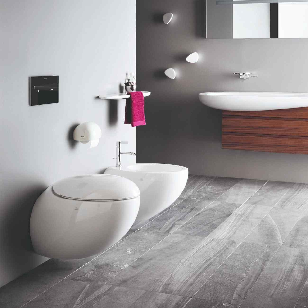 Oblý bidet a toaôeta v modernej kúpeľni