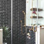Sprchový kút s čiernymi kachličkami v retro štýle