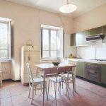 Stará jedáleň a kuchyňa s plesnivými stenami