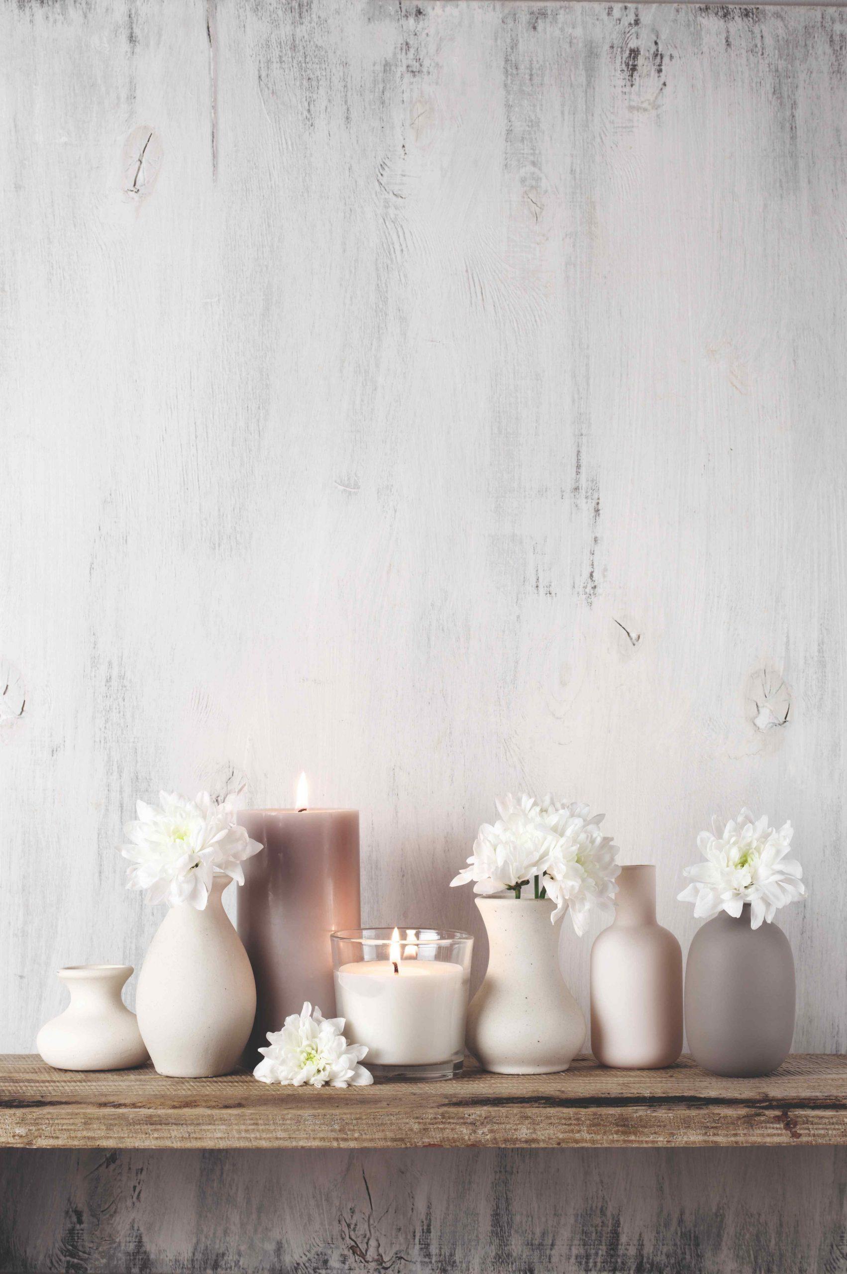 Fľakatá stena a polička so sviečkami