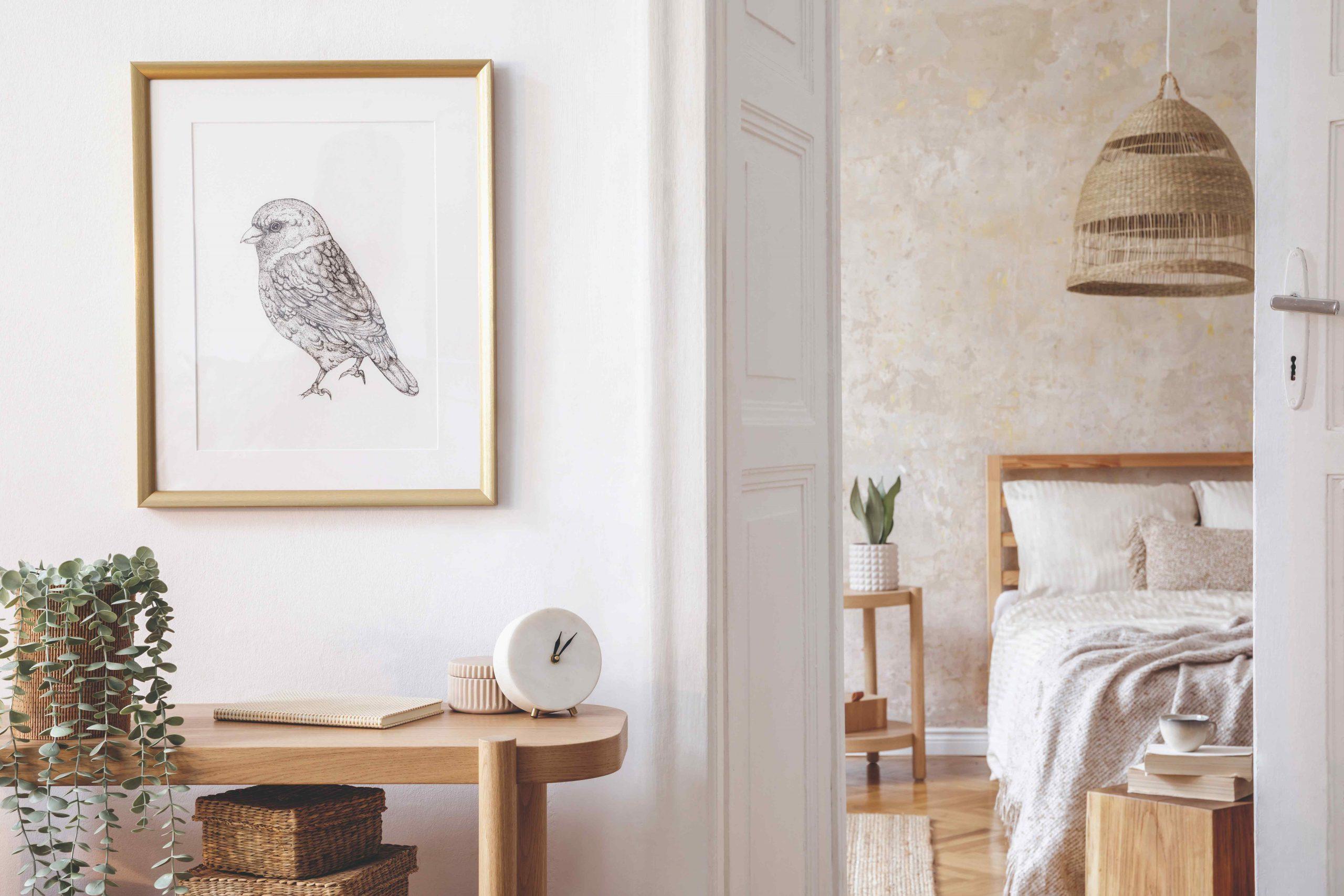Stolík s obrazom a otvorené dvere do spálne
