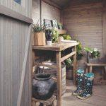 Vnútro dreveného záhradného domčeka