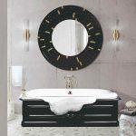 Kúpeľňa s čiernym nábytkom a veľkým zrkadlom