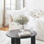 Čierny konferečný stolík a biely gauč