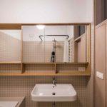 Kúpeľňa s drobnými krémovými kachličkami