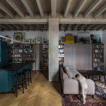 Otvorený priestor s linkou a knižnicou