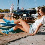žena s námorníckymi pnožkami na móle