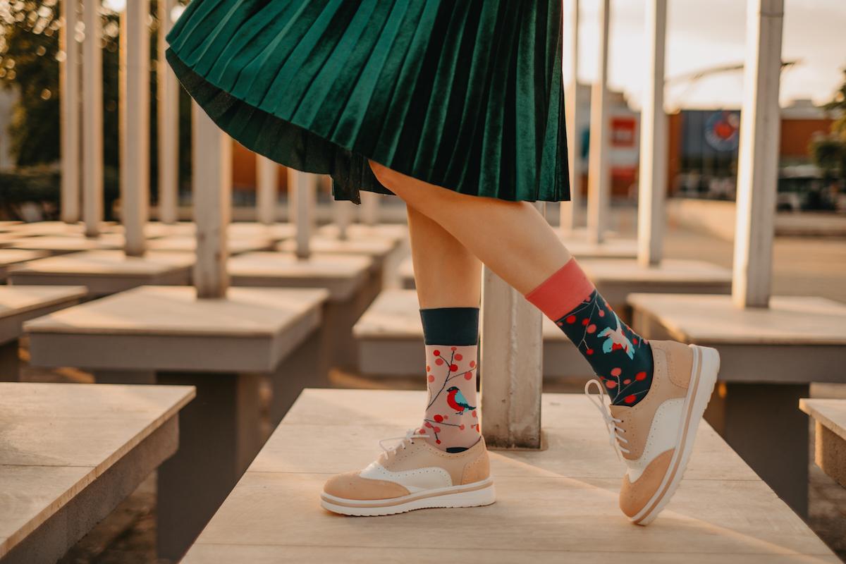 Nohy v zelenej sukni s ponožkami s vtáčikmi