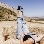 Žena ležiaca so zodvihnutými nohami