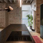 Tmavozelená kuchyňa v otvorenom priestore