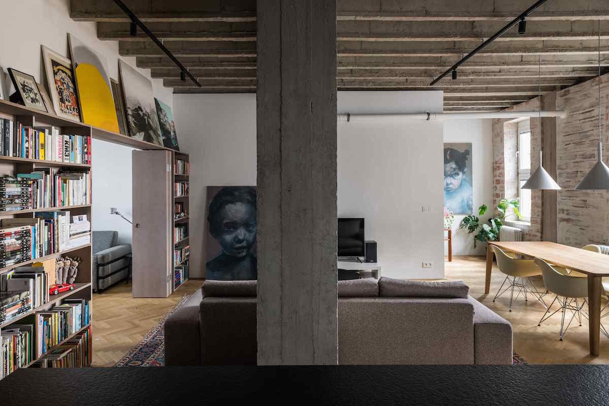 Otvorená obývačka s betónovým stropom