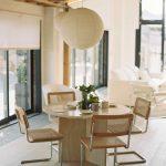 Jedálenský stôl s pletenými stoličkami a papierovým svietidlom