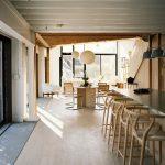 Barový pult s prírodnými stoličkami v kuchyni