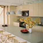 Jedáleň a kuchyňa v svetlom dreve
