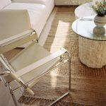 Obývačka s gaučom a stoličkou