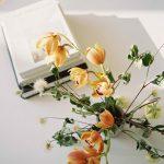 Kytica oranžových kvetov na stole
