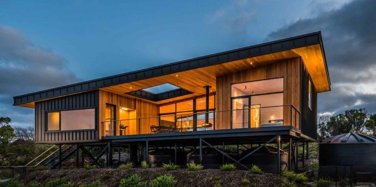 Českí architekti postavili dom na diaľku. Sebestačná drevostavba využíva solárnu energiu a dažďovú vodu