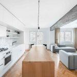 Biela kuchyňa s dreveným ostrovčekom