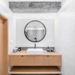 Drevená zostava v kúpeľni s veľkým zrkadlom