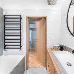 Kúpeľňa s vaňou a veľkým zrkadlom