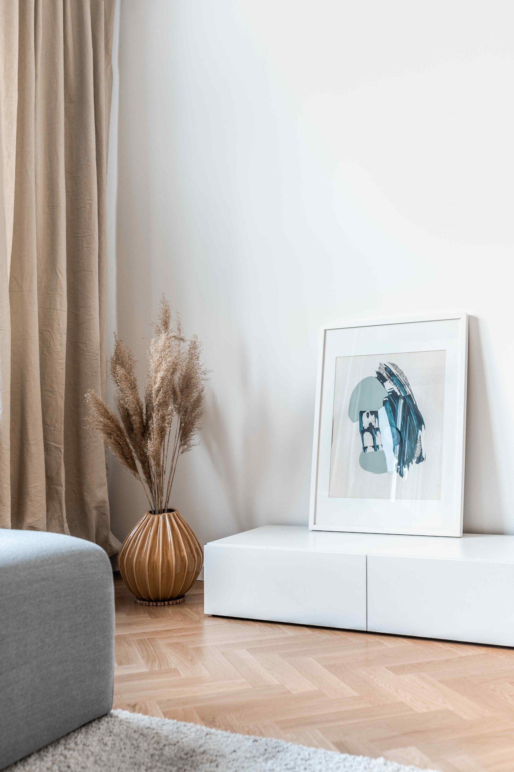 Kút v obývačke so skrinkou a vázou