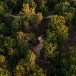Letecký pohľad na otváraciu chatu v lese