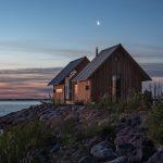 Otváracia chata na brehu jazera
