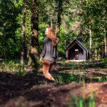 Chata v lese a žena v popredí