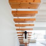 Dievča pod dreveným schodiskom