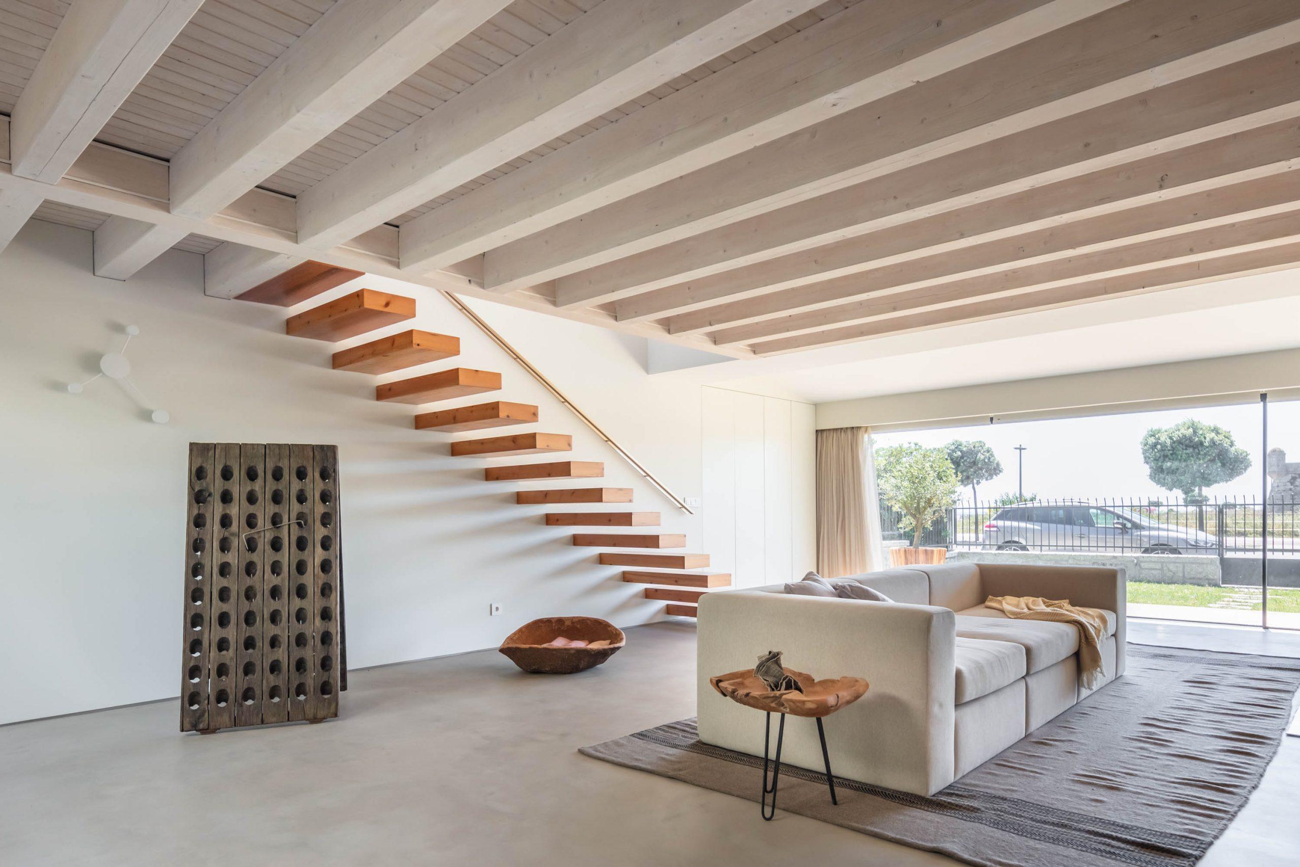 Moderná obývačka s bielym gaučom a otvorenou fasádou