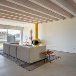 Moderná obývačka s bielym gaučom