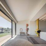Otvorená fasáda do modernej obývačky domu