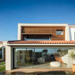 Dvojpodlažný rodinný dom s presklenou fasádou