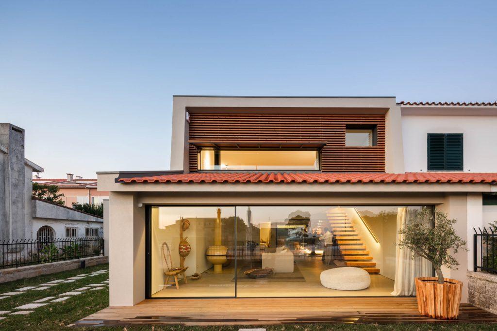 Tichý dom s modernou dispozíciou založili na tradičných princípoch