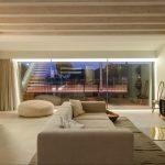 Moderná béžová obývačka s trámami
