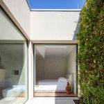Spálňa s veľými oknami do záhrady