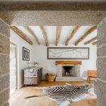 Dobová miestnosť s kožou zebry na podlahe