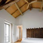 Spálňa v portugalskej rezidencii s trámami