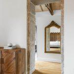Kamenná zárubňa a pohľad starožitné zrkadlo