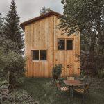 Drevený trojposchodový dom so záhradným sedením