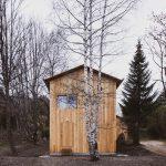Drevený trojposchodový dom v lese