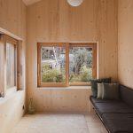 Obývacia časť s dvoma oknami a pozdĺžnym sedením