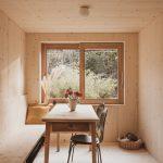 Jedáleň s oknom a mačkou v kúte
