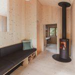 Obývacia časť v chate s kachľami