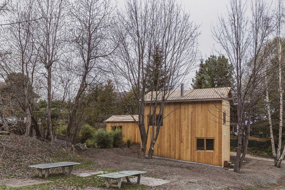 Drevený trojposchodový dom s dielňou v lese