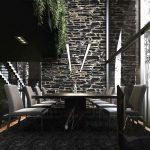 Čierna jedáleň s visiacimi rastlinami