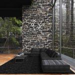 Veľká čierna sedačka v modernej obývačke