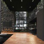 Moderný čierny interiér s drevenou podlahou
