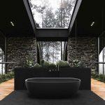 Čierna kúpeľňa s voľne stojacou vaňou