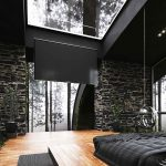 Ultramoderná čierna spálňa so sklenenými plochami